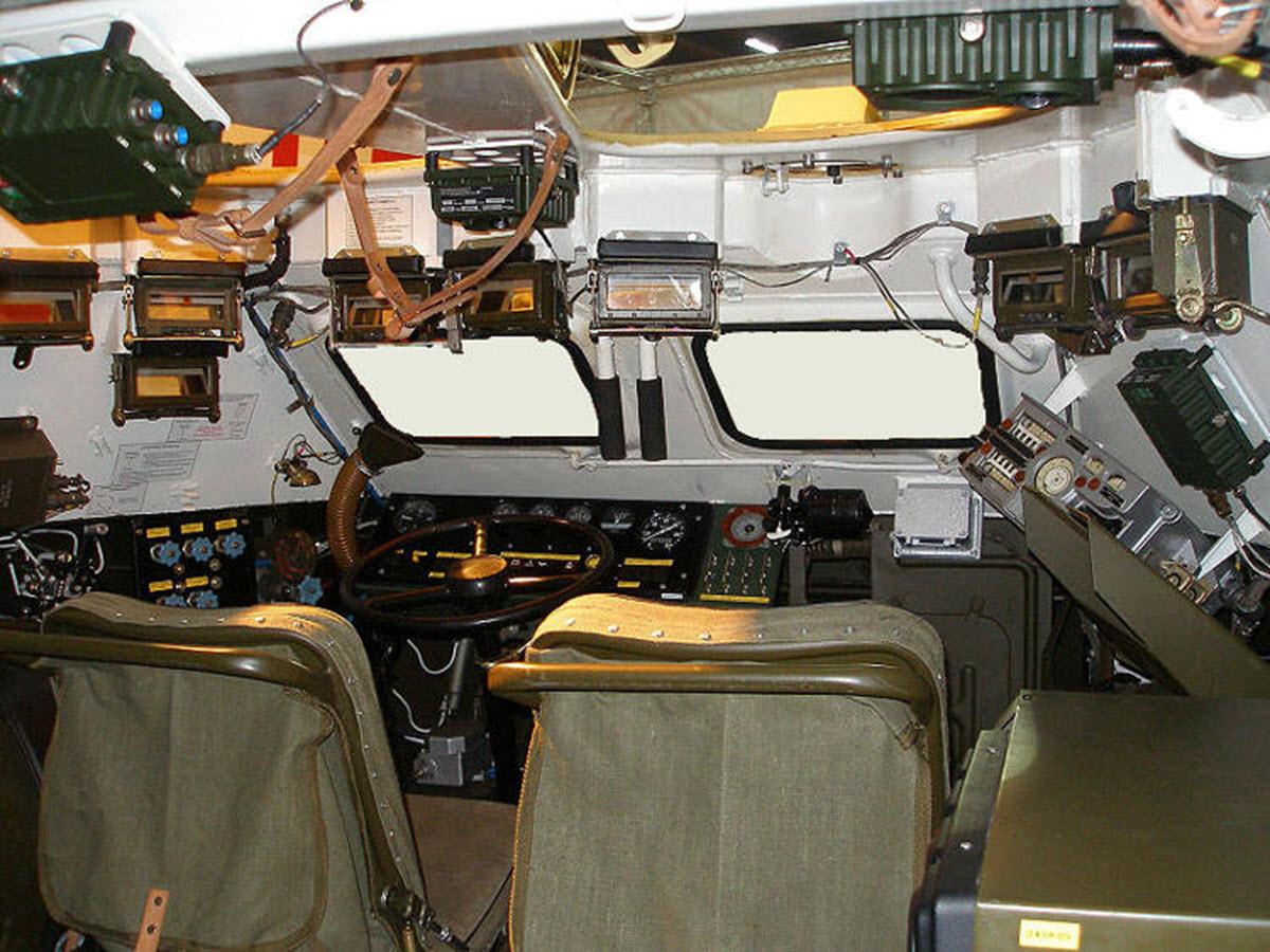 БРДМ-2 внутри и средства наблюдения