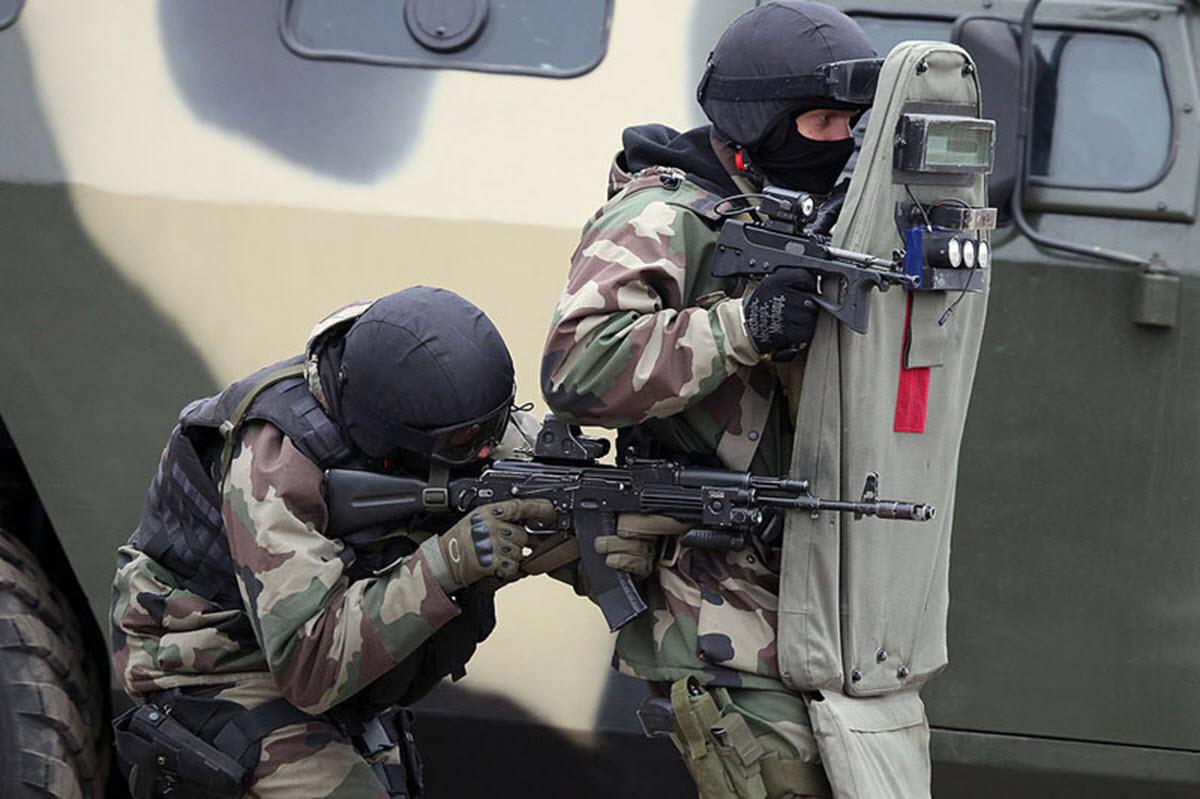 Спецназ с пистолетом-пулеметом ПП-2000